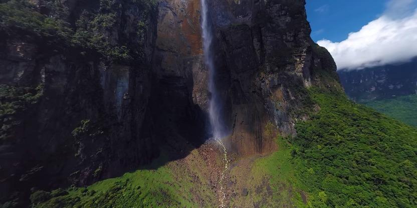 底宽150米。瀑布为密林遮掩